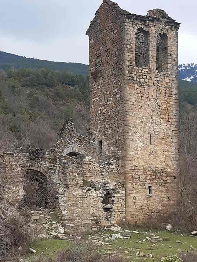 Ruinas de la iglesia de San Pedro del siglo XII en Cenarbe