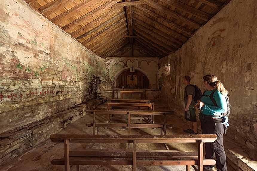 Interior de la Ermita de San Juan de Izuel, camino de Cenarbe