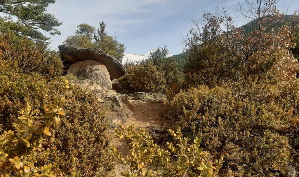 Dolmen de Diezcapanas o de las Tres Peñas en Villanúa
