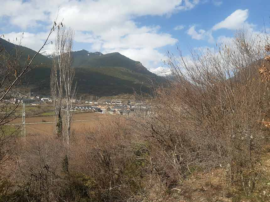 Vista de Villanúa desde el Sendero de las Espetreras
