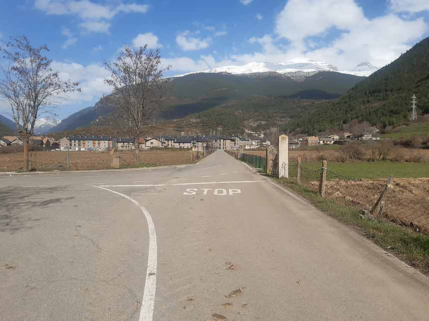 Ingreso al pueblo de Villanúa desde el camino de Orbil
