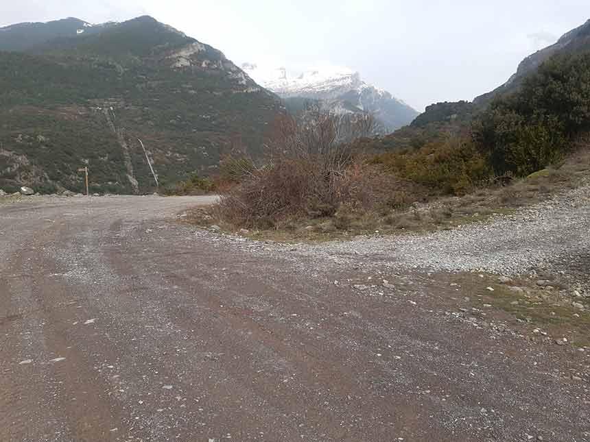Cruce del sendero de la Fuente del Paco con la pista forestal