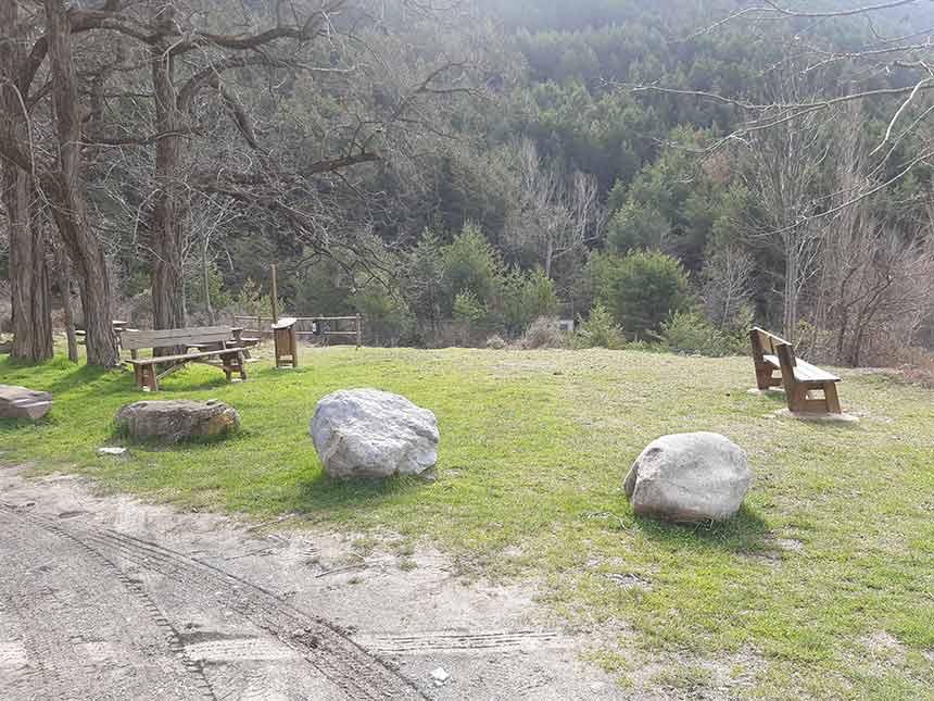 Zona de descanso en el camino de la Fuente del Paco