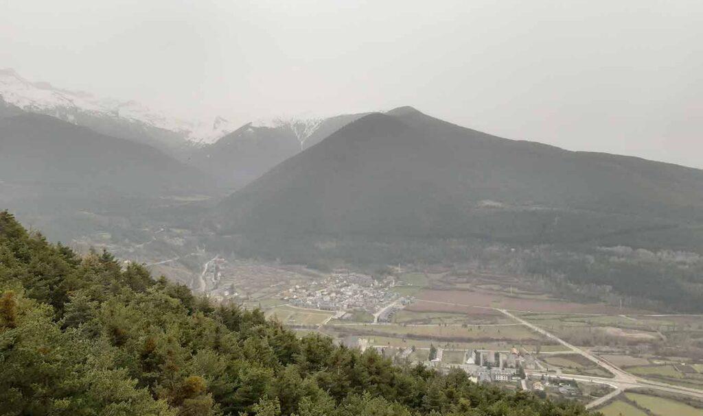 Excelentes vistas de Villanúa desde los Altos de la Rapeda