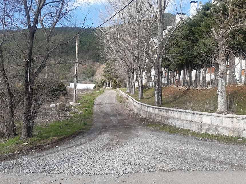Acceso por pista al sendero de la Urbanización de Santiago